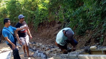 Puluhan Warga Subuk Gotong Royong Bangun Desa Secara Padat Karya Tunai